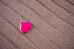 Aimez le symbole du coeur sur la plage de mer Image libre de droits