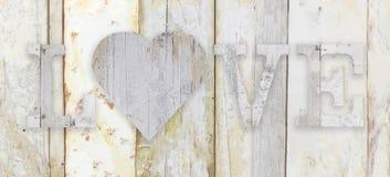Aimez le texte avec la forme de coeur sur la texture en bois de grunge de planches Images libres de droits