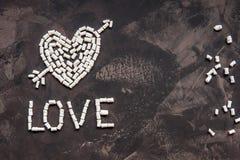 Aimez le texte fait de guimauve blanche de coeur, décoration pour l'amour Photos stock