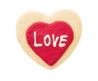 Aimez le texte sur le biscuit rouge de coeur d'isolement sur le fond blanc Image stock