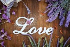 Aimez le texte sur un fond en bois rustique avec la lavande Photographie stock