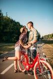 Aimez les ajouter à la bicyclette de vintage marchant en parc Image stock