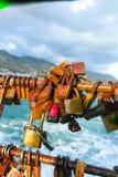 Aimez les cadenas ou les serrures rouillés d'amour sur un pont dans le port de C Photographie stock libre de droits