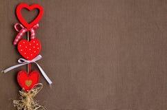 Aimez les coeurs faits main sur le fond en bois de texture, concept de carte de jour de valentines Photos stock