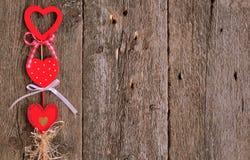 Aimez les coeurs faits main sur le fond en bois de texture, concept de carte de jour de valentines Photographie stock