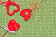 Aimez les coeurs faits main sur le fond vert de texture, concept de carte de jour de valentines Image stock
