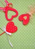 Aimez les coeurs faits main sur le fond vert de texture, concept de carte de jour de valentines Photographie stock libre de droits