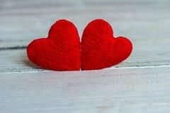 Aimez les coeurs sur le fond en bois de texture, concept de carte de jour de valentines fond original de coeur Images stock