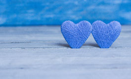 Aimez les coeurs sur le fond en bois de texture, concept de carte de jour de valentines fond original de coeur Photographie stock