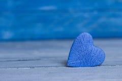Aimez les coeurs sur le fond en bois de texture, concept de carte de jour de valentines fond original de coeur Photos stock