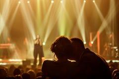 Aimez les couples au concert du chanteur ukrainien célèbre Jamala Images libres de droits