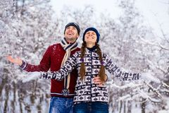 Aimez les couples dans des vêtements lumineux jouant dehors en hiver photo stock