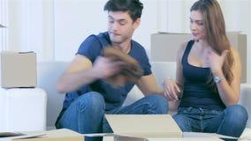 Aimez les couples se reposant dans un appartement vide parmi banque de vidéos
