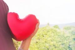 Aimez les femmes de fond avec le coeur rouge sur la nature et la couleur douce Photo libre de droits