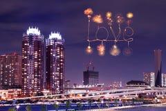 Aimez les feux d'artifice d'étincelle célébrant au-dessus d'Odaiba, Japon Photographie stock