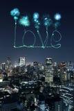 Aimez les feux d'artifice d'étincelle célébrant au-dessus du paysage urbain de Tokyo la nuit Image libre de droits