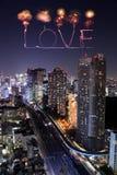 Aimez les feux d'artifice d'étincelle célébrant au-dessus du paysage urbain de Tokyo la nuit Image stock