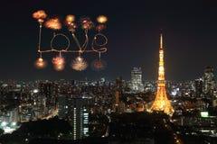 Aimez les feux d'artifice d'étincelle célébrant au-dessus du paysage urbain de Tokyo la nuit Photo stock