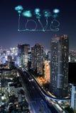 Aimez les feux d'artifice d'étincelle célébrant au-dessus du paysage urbain de Tokyo la nuit Photo libre de droits