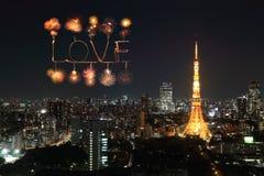 Aimez les feux d'artifice d'étincelle célébrant au-dessus du paysage urbain de Tokyo la nuit Photos stock