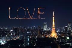 Aimez les feux d'artifice d'étincelle célébrant au-dessus du paysage urbain de Tokyo la nuit Photos libres de droits