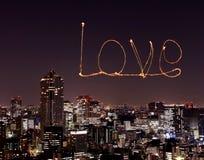 Aimez les feux d'artifice d'étincelle célébrant au-dessus du paysage urbain de Tokyo la nuit Photographie stock libre de droits