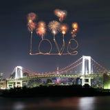 Aimez les feux d'artifice d'étincelle célébrant au-dessus du pont en arc-en-ciel de Tokyo à Photo stock