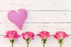 Aimez les fleurs de rose de coeur et de rose sur le fond de blanc de vintage Images libres de droits