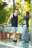 aimez les jeunes couples sur une promenade dans la ville Image libre de droits