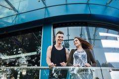 aimez les jeunes couples sur une promenade dans la ville Images libres de droits