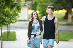 aimez les jeunes couples sur une promenade dans la ville photographie stock