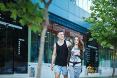 aimez les jeunes couples sur une promenade dans la ville photos stock