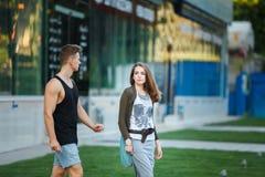 aimez les jeunes couples sur une promenade dans la ville photo stock