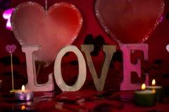Aimez les lettres écrites, mot, fond rouge, coeur, coeurs, candl Images libres de droits