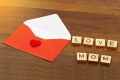 Aimez les mots de maman sur le vieux concept en bois de jour du ` s de mère Photographie stock
