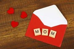 Aimez les mots de maman sur le vieux concept en bois de jour du ` s de mère Image stock
