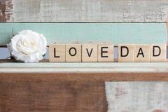 Aimez les mots de papa avec la rose de blanc sur la table rustique de vintage Image libre de droits