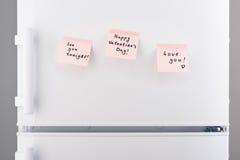 Aimez les notes sur le papier collant rose-clair sur le réfrigérateur blanc Image stock