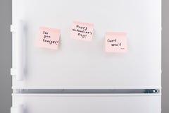 Aimez les notes sur le papier collant rose sur la porte blanche de réfrigérateur Photographie stock libre de droits