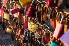 Aimez les pedlocks en rouge et l'or verrouillé à un pont à l'les touristes p Image libre de droits