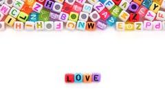 AIMEZ les perles de lettre de mot et d'alphabet sur le fond blanc Image libre de droits