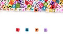 AIMEZ les perles de lettre de mot et d'alphabet sur le fond blanc Photo stock