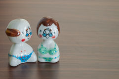 Aimez les poupées en céramique de grand-père et de grand-mère sur la table en bois b Images stock