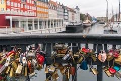 Aimez les serrures au nyhavn à Copenhague, Danemark Photographie stock libre de droits