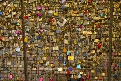 Aimez les serrures d'un pont en Italie représentant l'amitié et le romance sûrs Photos libres de droits