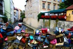 Aimez les serrures le long du canal près de Charles Bridge à Prague Photo libre de droits