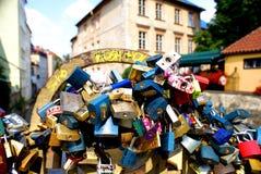 Aimez les serrures le long du canal près de Charles Bridge à Prague Photographie stock libre de droits