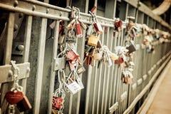 Aimez les serrures sur la barrière métallique, filtre de vintage Photo libre de droits