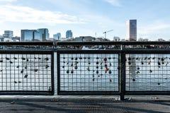 Aimez les serrures sur la rivière de Willamette faisant face à l'horizon de ville à Portland Orégon Décembre 2017 Image libre de droits