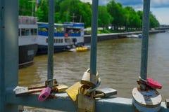 Aimez les serrures sur le pont de théâtre, à Turku Photo stock